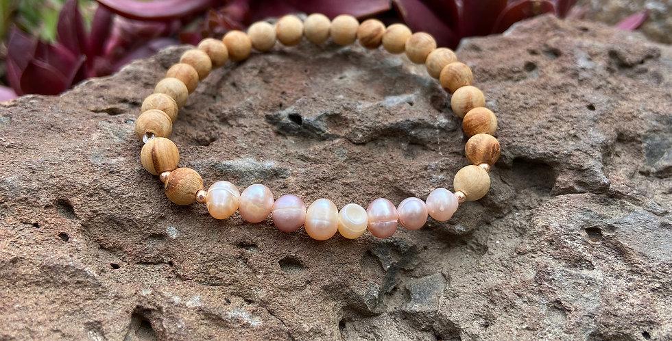 Dainty Venus - Pearl & Sandalwood Bracelet