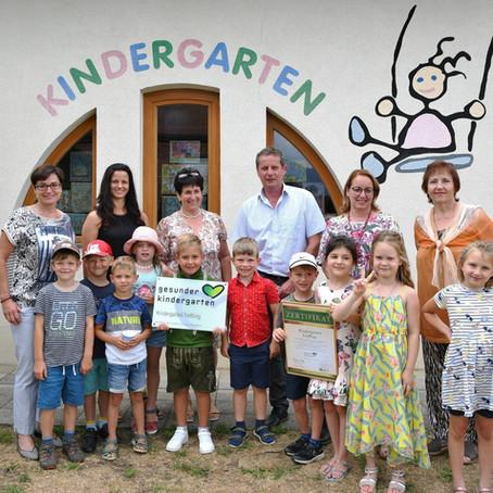 """LHStv.in Beate Prettner belohnt Kindergarten Treffling mit Auszeichnung """"Gesunder Kindergarten"""""""