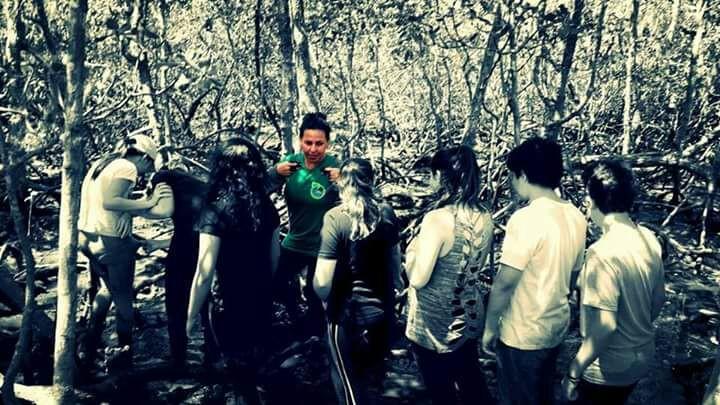 Comunitária e monitora ambiental, Noeli Neves acompanha um grupo de estudantes no manguezal do Parque Estadual da Ilha do Cardoso.