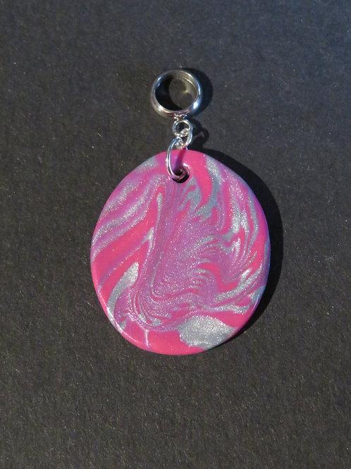 Pendentif bariolé rose métallique