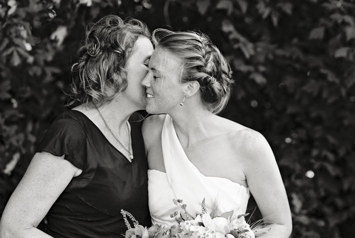 Philo Apple Farm Wedding Mother Daughter Cheek Kiss