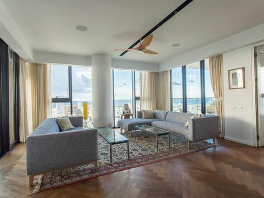 הנוף של העיר והים של תל אביב מכה בך בכל העוצמה ברגע שאתה נכנס לדירה הזאת