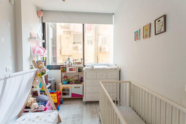 חדר ילדים קטן ומסודר למשעי, נכס בשיווק. לב תל אביב 2020