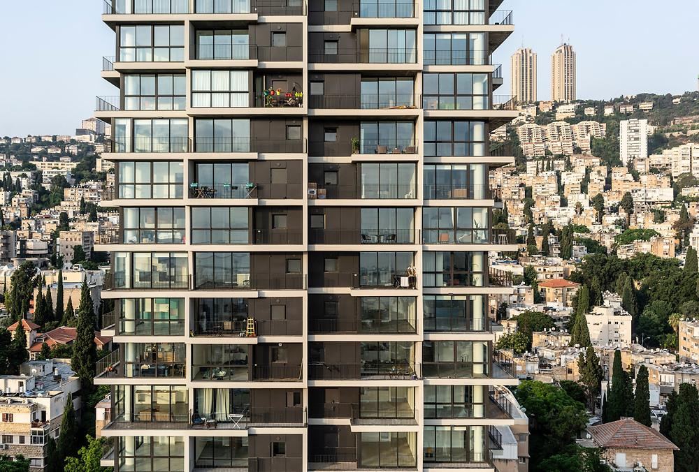 מגדל אחד העם חיפה על רקע הר הכרמל