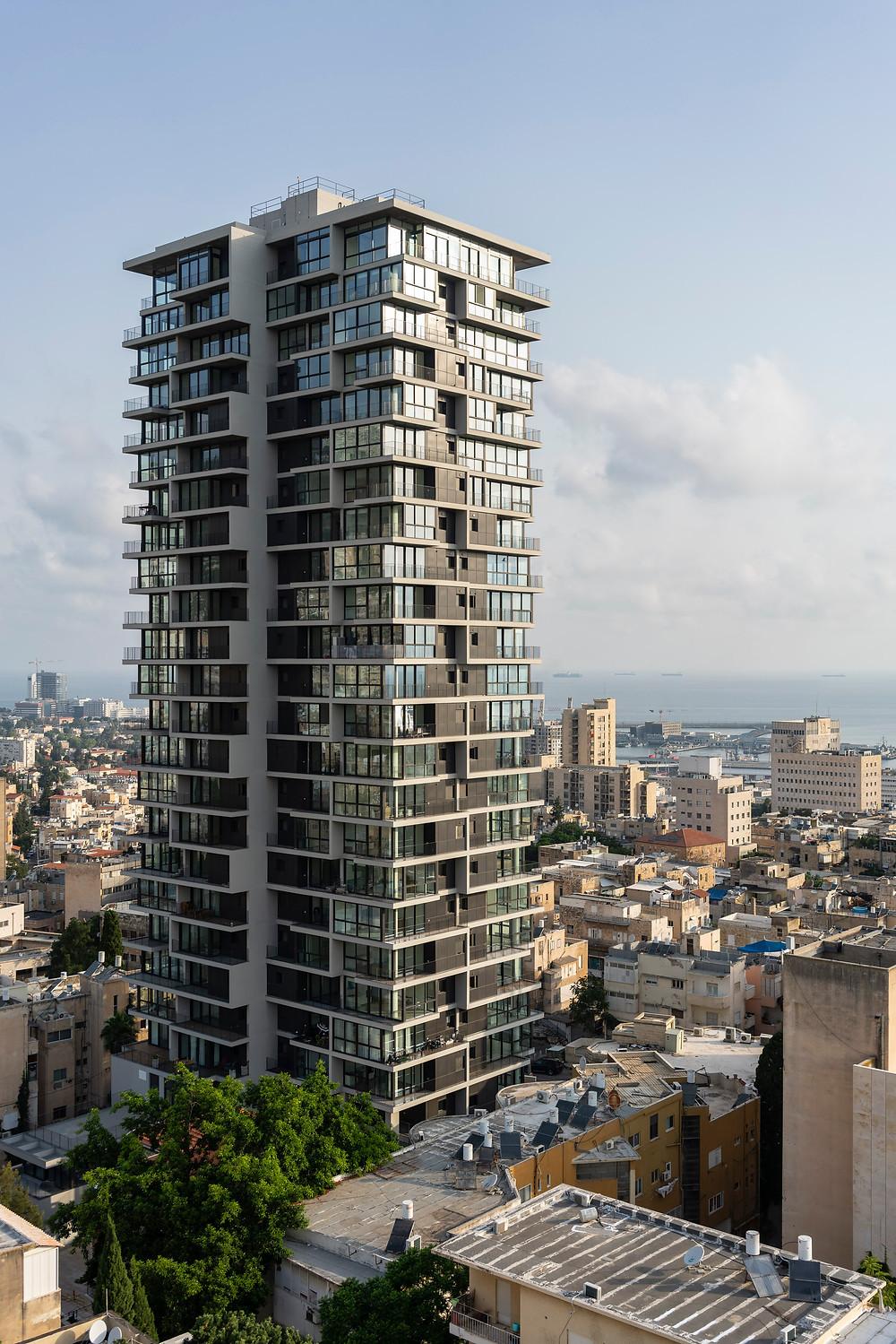 מגדל אחד העם חיפה על רקע מפרץ ונמל חיפה