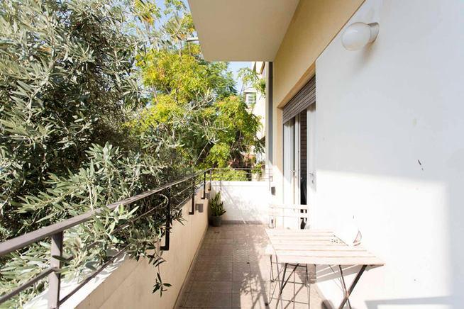 מרפסת הנושקת לעץ זית, רחוב יוסף הנשיא ״העיר הלבנה״ תל אביב