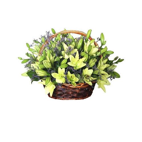 Корзина лилий и декоративной зелени