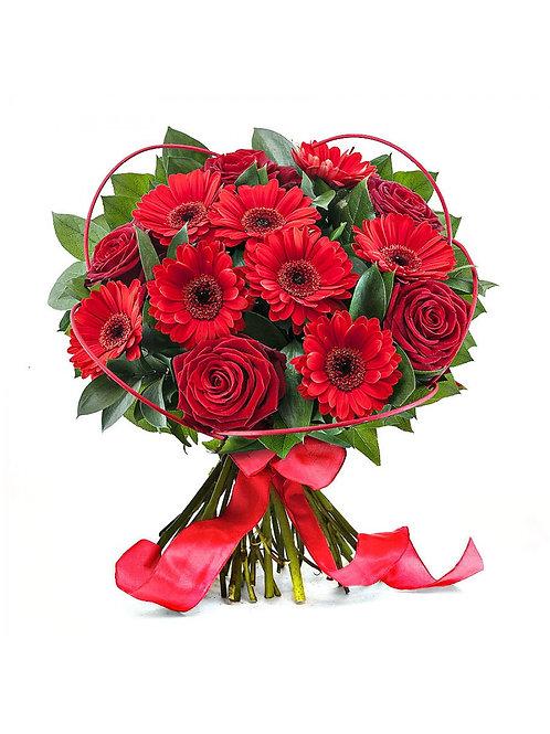 Букет из гербер и роз с оформлением