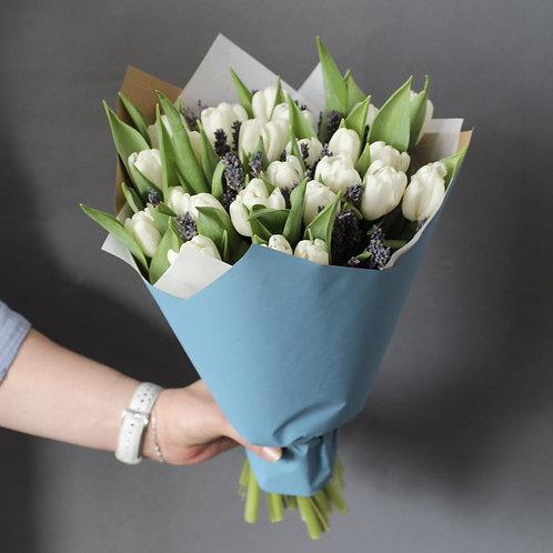 Букет из 25 тюльпанов и лаванды