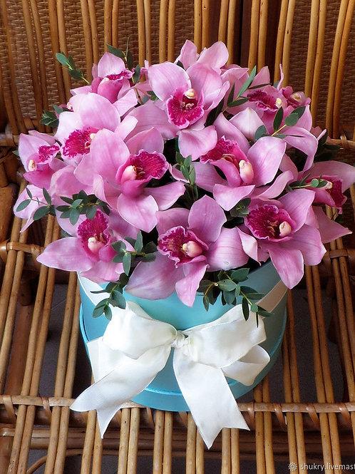 Шляпная коробка с орхидеей и зеленью