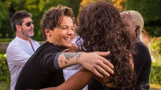 Louis Tomlinson hugs bupsi
