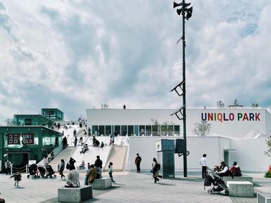 合作 every little d._在海邊打造屋頂與滑梯的空中公園:佐藤可士和與藤本壯介一同設計的「UNIQLO PARK」