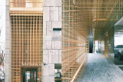合作 every little d._以黃銅網格詮釋東方氣質的現代建築:雪花秀首爾旗艦店