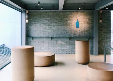 合作 every little d._在懸浮於半空的白色盒子中,邊喝咖啡邊看窗外的皇居與山景——藍瓶咖啡三清洞店