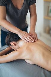 crop-masseuse-massaging-shoulder-and-bac