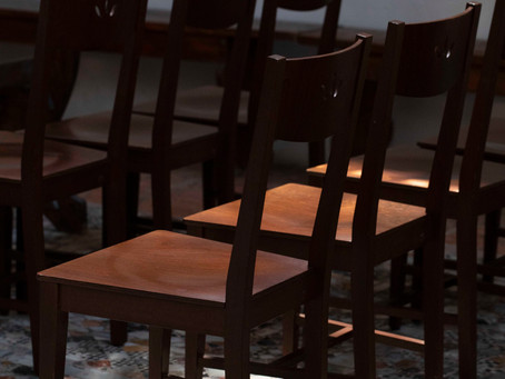 モザイクの床と椅子