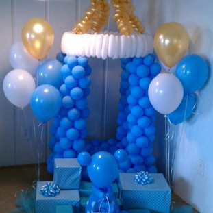 06-blue-pacifier-made-of-balloons-for-a-