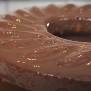 Bolo de Amendoim com cobertura de chocolate
