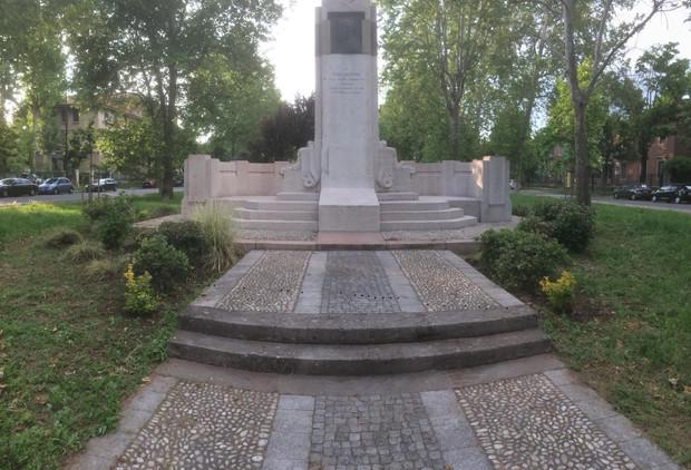Ora il giardino davanti al monumento di Luigi Buffoli è in ordine.