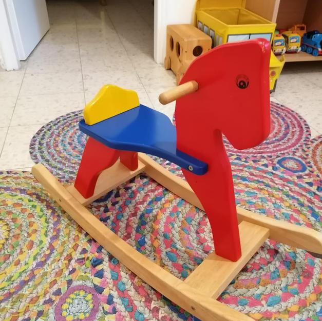 נדנדת סוס עץ