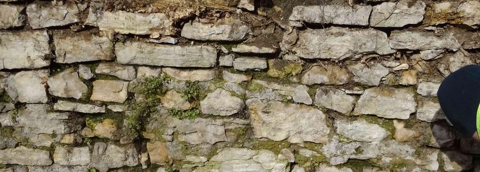 Stützmauer mit Loch