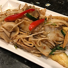 705.	PAD KEE MAO (SPICY RICE NOODLES)