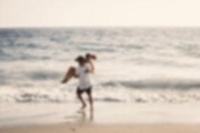 Casal feliz na praia