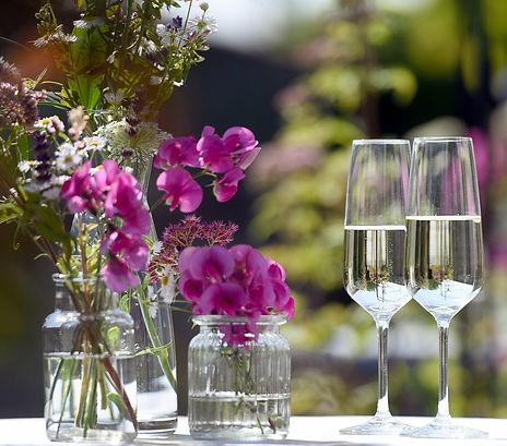 Blumendeko und Sektgläser Hochzeit
