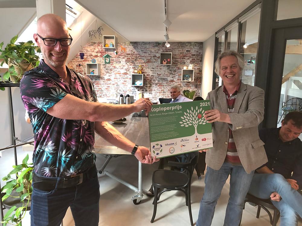 Rob Gulmans van Quercus Boomexpert ontvangt de Koploperprijs uit handen van Serge de Mul