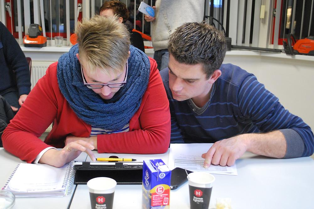 Deelnemers bekijken hun eigen milieuprestaties. Foto: Lottie Kramer