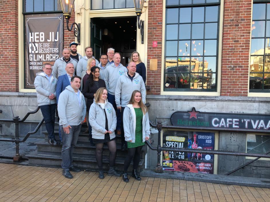 De deelnemers aan het Koploperproject Stad Groningen op de trap bij De Drie Gezusters