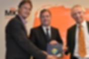 Aanbieding boek Duurzame Winst voor MKB aan Hans Biesheuvel van MKB-Nederland