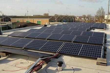 Zonnepanelen op het dak van De Fabriek