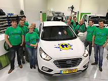 Koplopers Midden-Groningen rond een waterstofauto van Koploper Holthausen