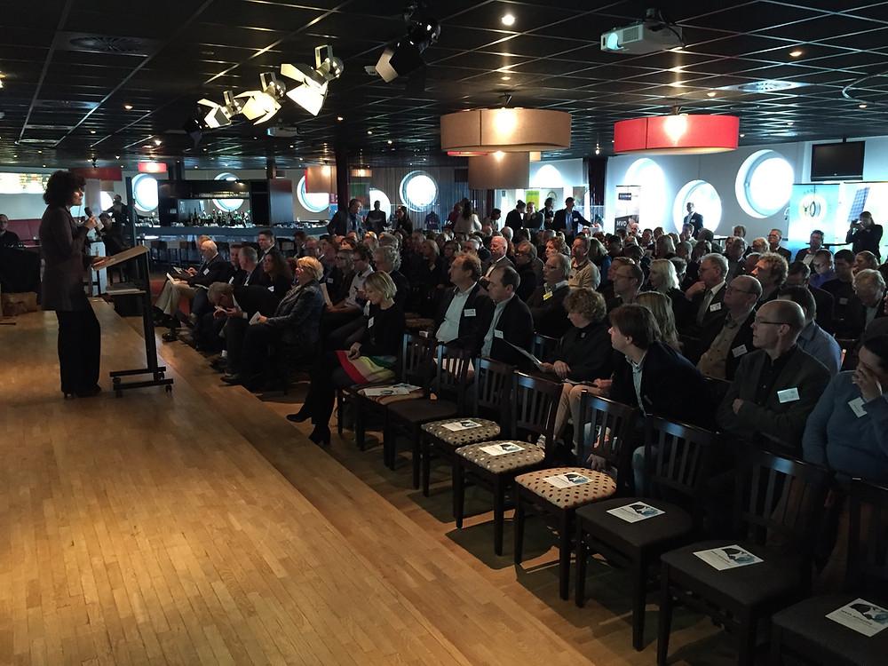 Sandra van Gaalen van MVO-Nederland opende het congres in een volle zaal in de Euroborg in Groningen