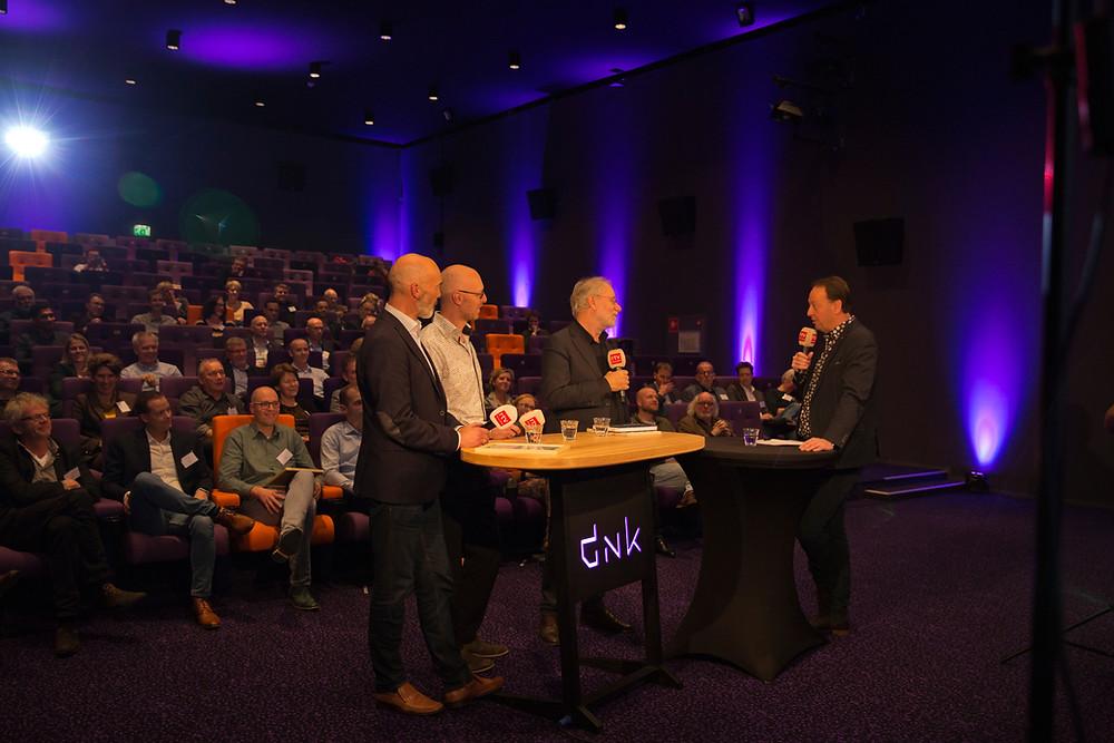 Andries Ophof van RTV Drenthe in debat met prof. Jonker en de winnaars van de Koploperprijs, Jan de Vries van Inducon en Serge de Mul van Ultraware (foto: Esther Hardon)
