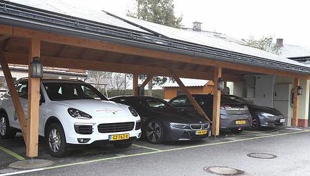 Elektrische en hybride auto's van Technion onder zonnecarport