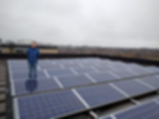 Bert Santema bij de PV-panelen op het dak