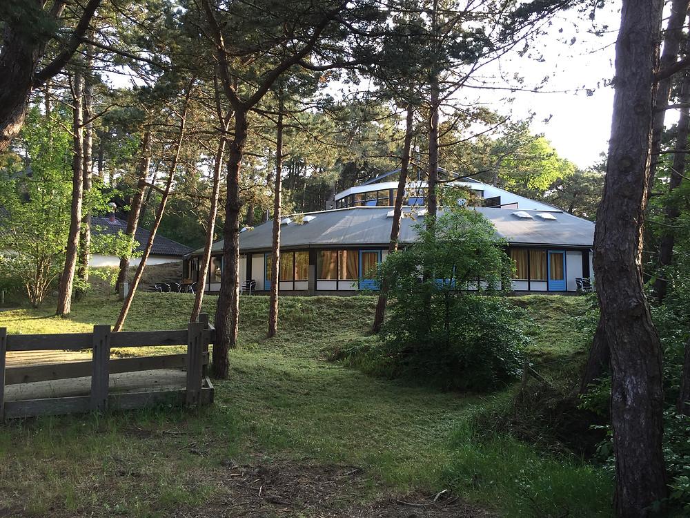 Prachtige locatie van de Folkshegeskoalle, midden in het bos op Terschelling