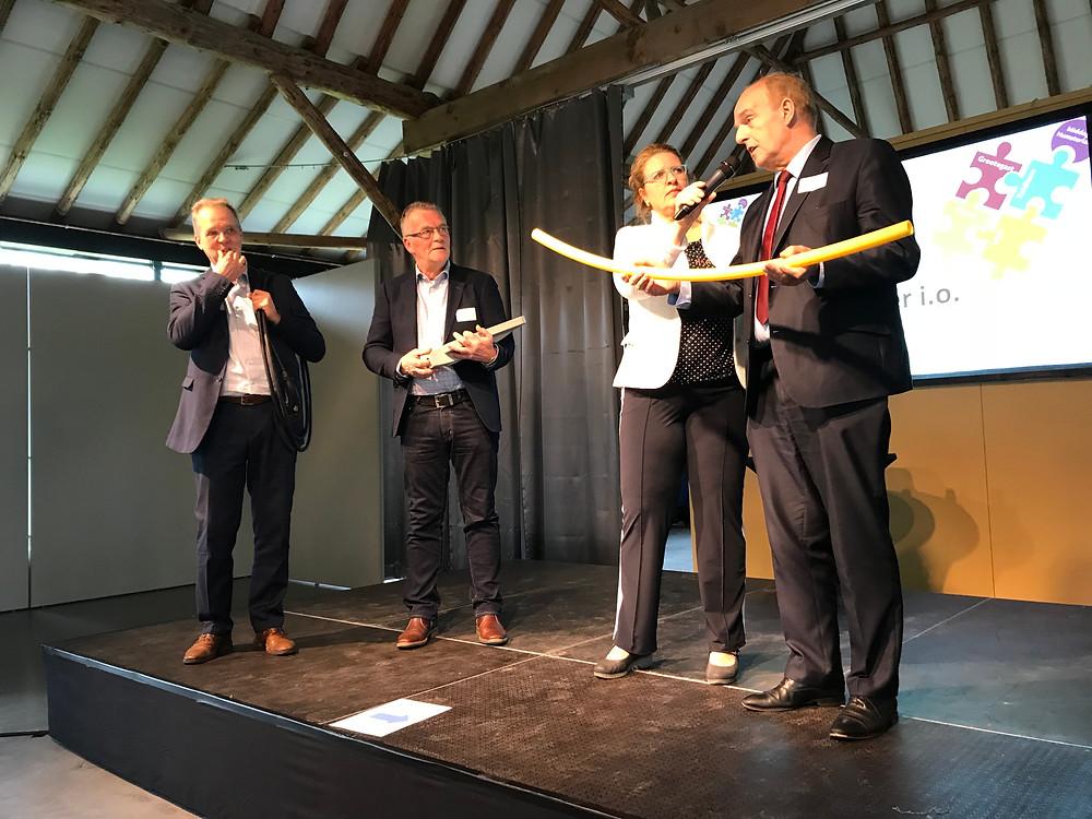 Drie wethouders met hun symbool voor duurzaamheid (foto Jaap de Vries)