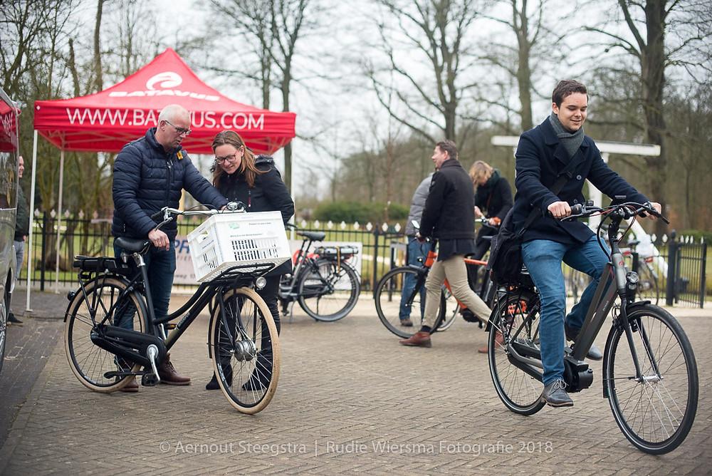 Bezoekers van het belevingsplein proberen elektrische fietsen (foto Aernout Steegstra)