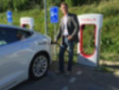 Jaap de Vries van DZyzzion bij de supercharger van Tesla in Drachten