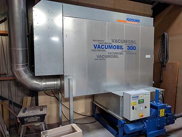 De Vacumobil 300 waarmee we briketten maken van ons eigen zaagafval