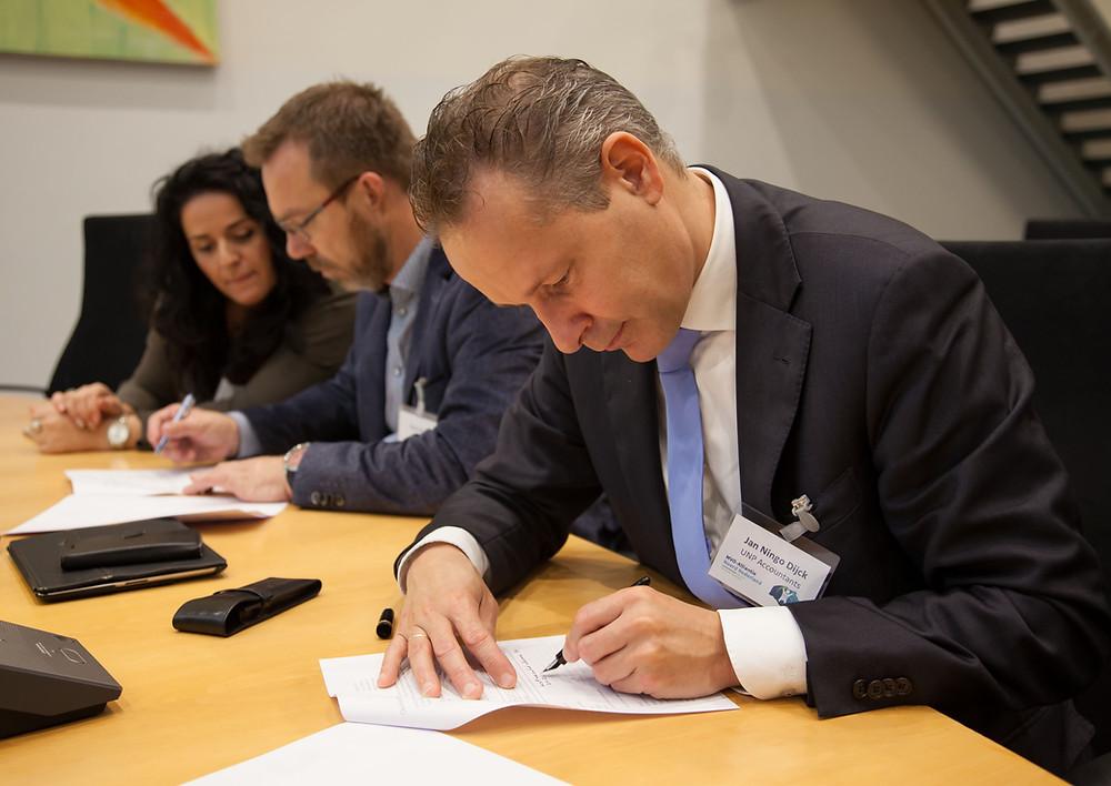 Ondertekening van de deelnemersverklaring. Foto: Jenny Bisschop