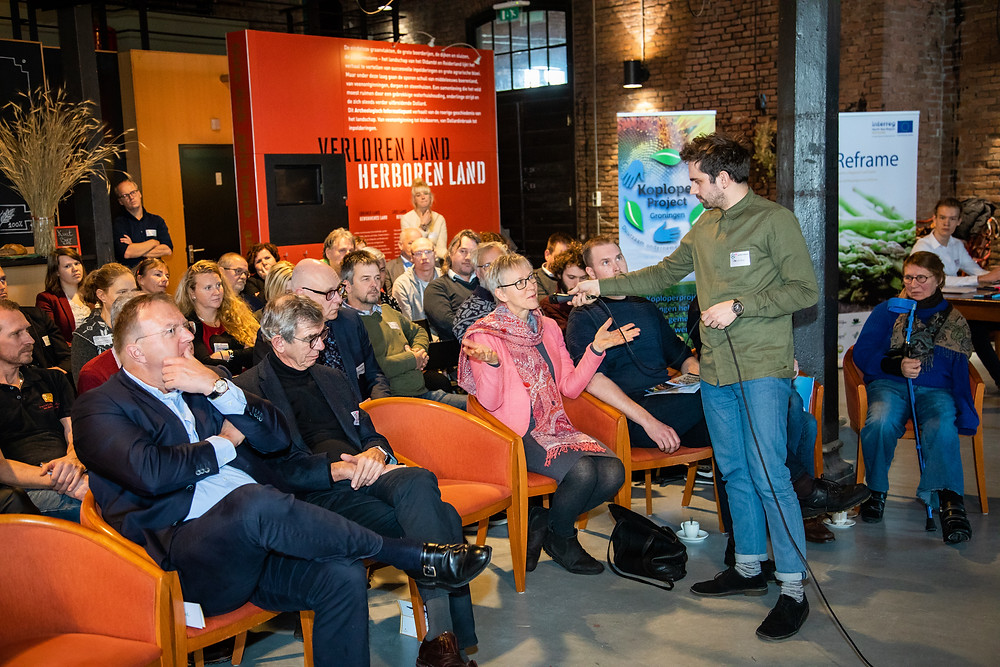 Dagvoorzitter Wilbert van de Kamp neemt de zaal mee in de discussie