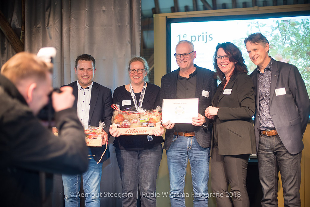 De prijswinnaars, vlnr. Jenze Kingma, Margreeth Kolkena, Jan Leistra met wethouder Karin Dekker en juryvoorzitter Jaap de Vries (foto Aernout Steegstra)
