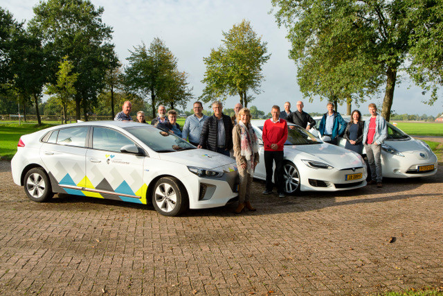 Vertegenwoordigers van de dorpshuisbesturen in Zuidhorn bij de elektrische auto's