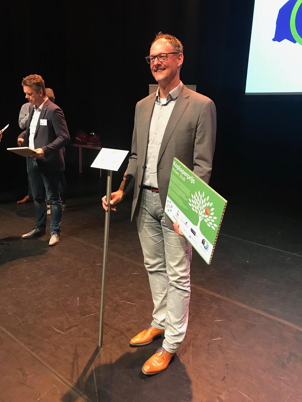 Herman van Ommen van UMCG Ambulancezorg neemt de Koploperprijs in ontvangst