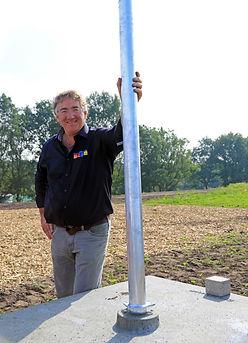 Theunis Bakker met een van zijn vele innovaties, een flexibel beweegbare steunpaal