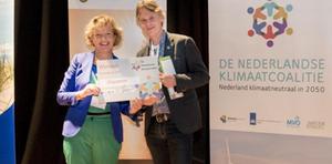 Maria van der Heijden van MVO-Nederland reikt de Klimaatprijs 2017 uit aan Jaap de Vries van DZyzzion